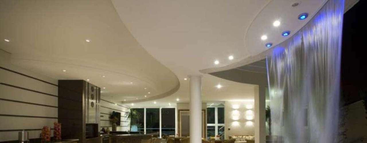 Os antigos bares, que ficavam distantes da casa e ao lado das piscinas, foram substituídos por áreas externas mais complexas, como esta do arquiteto Aquiles Nícolas Kílaris