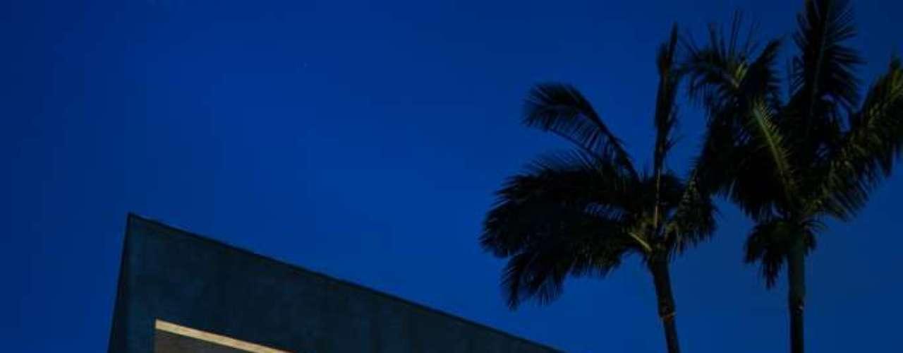 Neste projeto da decoradora Vilma Meirelles, a piscina está praticamente na mesma altura que o piso da varanda. O tom esverdeado da água é resultado da combinação entre a iluminação e o piso revestido com pedras coloridas comercializadas pela empresa Palimanan, de São Paulo. Informações: (11) 5521-0488