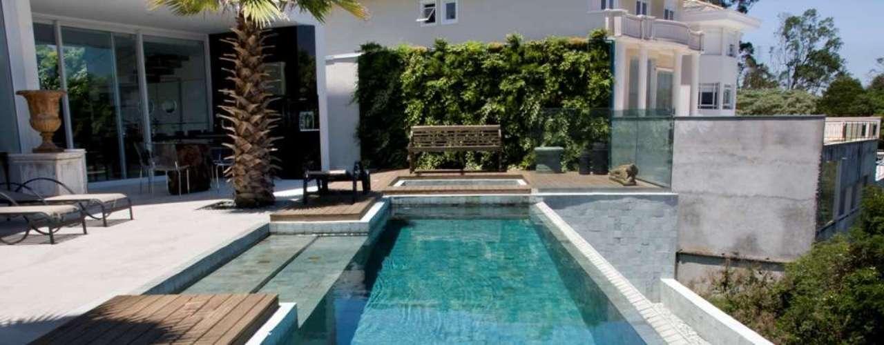 No projeto do arquiteto Mário Saviolli, a piscina avança e invade parte do deck. Informações: (11) 4612-6461