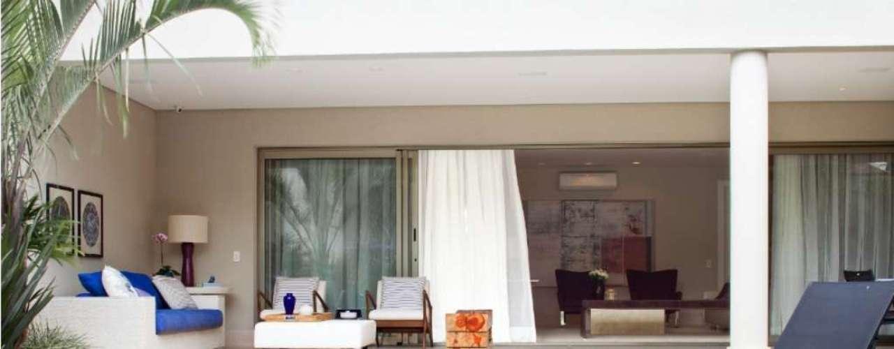 Projeto da decoradora Marília Veiga faz da piscina uma extensão da casa. Informações: (11) 3021-1717