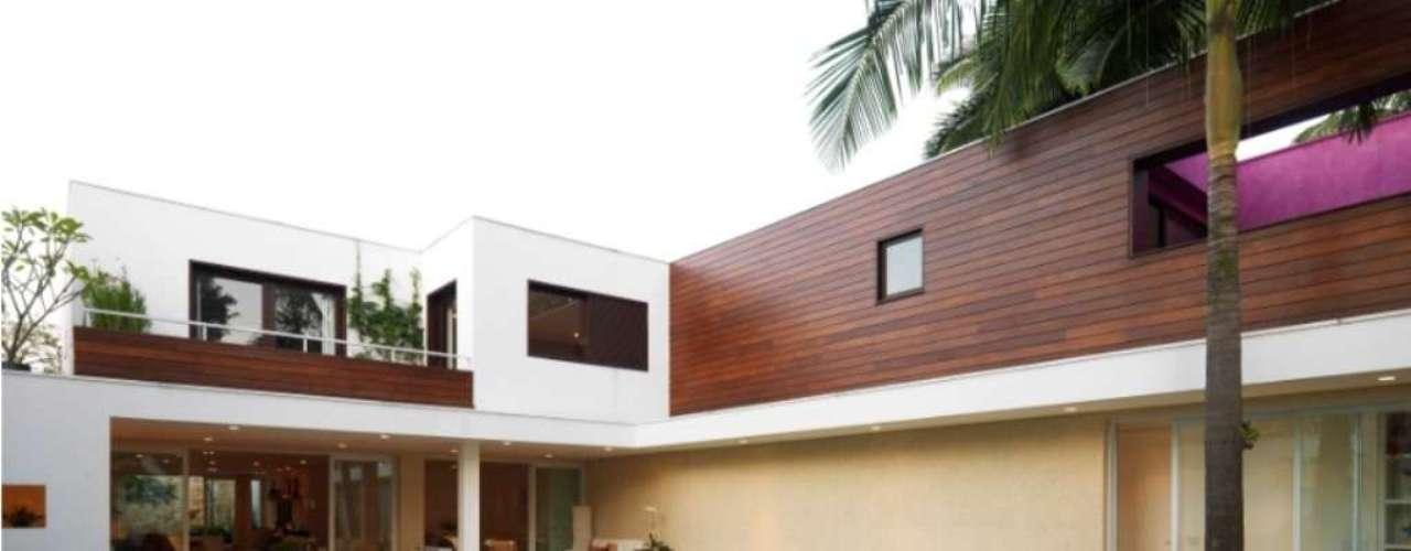 Projeto da arquiteta Bia Prado insere a piscina num quintal todo gramado, mas permite a livre circulação entre a água e a varanda. Informações: (11) 3088-9860