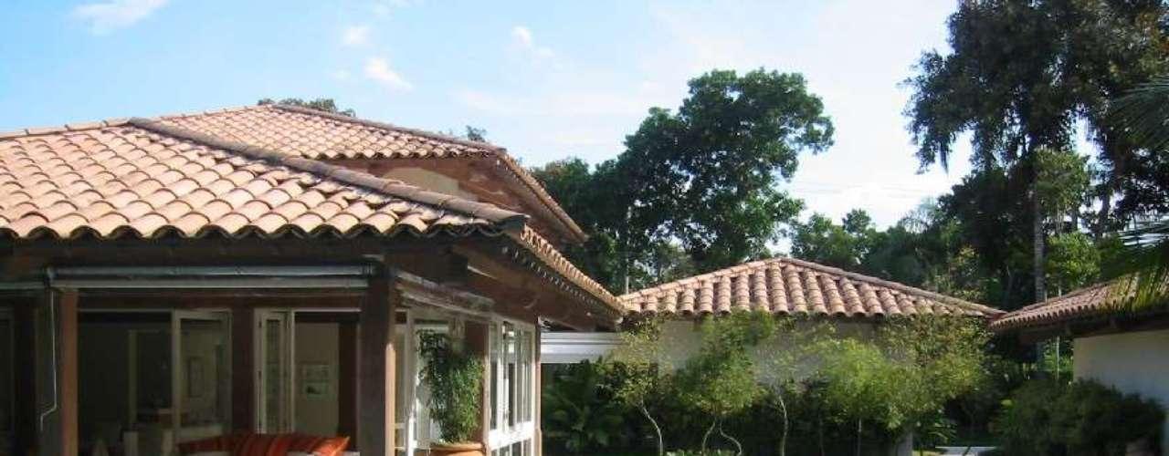 Neste projeto, da arquiteta Gilda Meirelles, a piscina tem vários níveis de profundidade. Informações: (11) 3085.1752