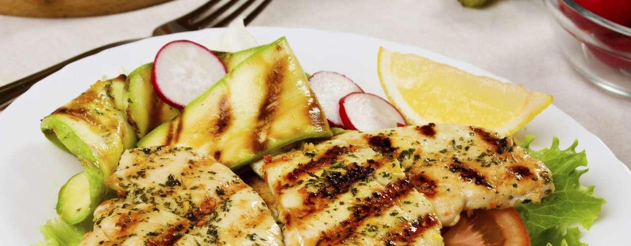 Frango: grande fonte de proteína, o frango é ótimo na tarefa de manter o peso ideal e construir músculos saudáveis. A melhor opção é a região do peito que, sem a pele, tem apenas 2% de gorduras