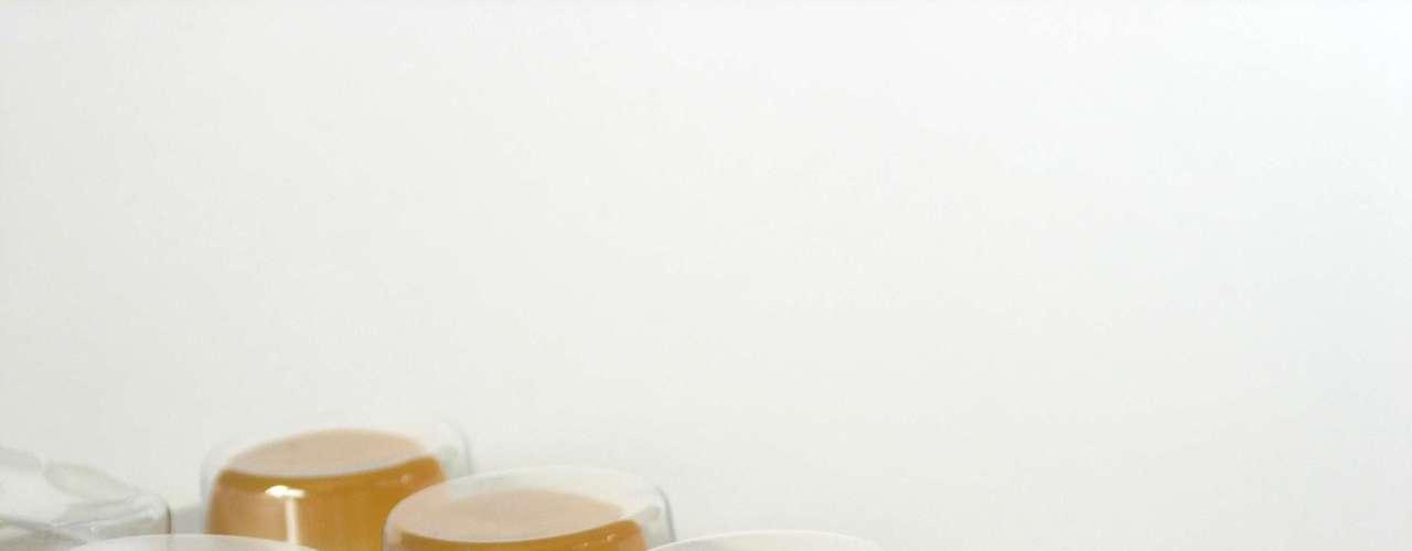3. Pastilha e spray: chupar pastilhas para tosse estimula a produção de saliva e pode ajudar a manter a garganta úmida. No entanto, segundo Linder, muitas não são muito mais eficientes do que outras balas duras. Para garantir maior eficiência, escolha uma marca que tenha um ingrediente refrescante ou entorpecente, como mentol ou eucalipto. Sprays para a garganta também têm efeito parecido. Eles não vão curar a dor, mas podem ajudar a eliminá-la temporariamente. O ativo fenol, presente em algumas marcas, também tem propriedades antibacterianas, afirma Linder