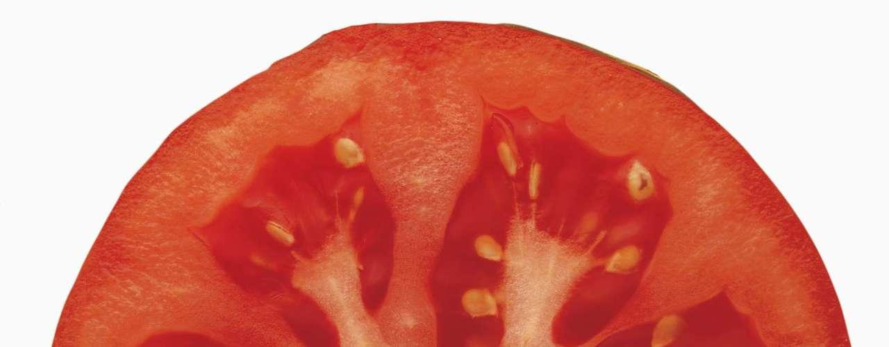 Tomate: tomates são ótimas fontes de licopeno, um antioxidante capaz de inibir a formação de células cancerígenas, assim como proteger as paredes das artérias da formação de placas. Uma pesquisa mostrou que beber 150 ml de suco de tomate após 20 minutos de exercícios pode ajudar a prevenir contra câncer de próstata, pulmão e estômago