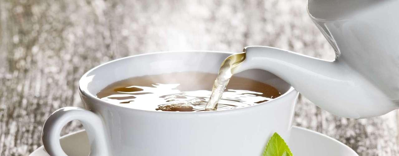 6. Chá: cansado de beber água? Uma xícara de chá de ervas pode oferecer alívio imediato para dores de garganta. Além disso, chás como o preto, verde e o branco contêm antioxidantes que reforçam sua imunidade e evitam infecções. Para potencializar ainda mais os benefícios da bebida, adicione uma colher de chá de mel que, além de dar sabor, ainda tem propriedades antibacterianas, ajudando a curar mais rapidamente