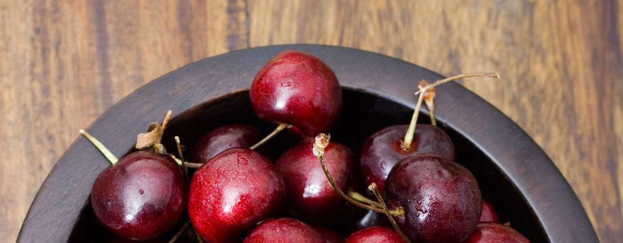Cereja: fonte rica em antioxidantes e antocianina, a fruta ajuda a combater doenças comuns na meia idade, como gota e artrite. A gota, mais comum em homens, está ligada ao aumento dos níveis de ácido úrico, que formam pequenos cristais dentro das articulações. E, de acordo com pesquisas, 200 g de cerejas podem ajudar o organismo a excretar o ácido úrico em até 60%. Para incorporar a fruta ao cardápio, basta beber um corpo de suco sem açúcar três ou quatro vezes por semana