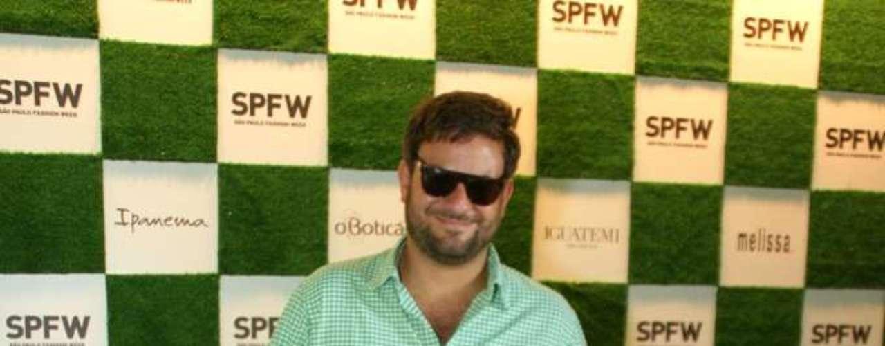 O colunista Bruno Astuto posou nos corredores do SPFW