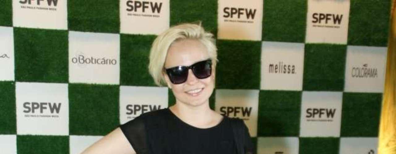 A jornalista Érika Palomino escolheu uma bota de cano curto combinada com vestido preto liso