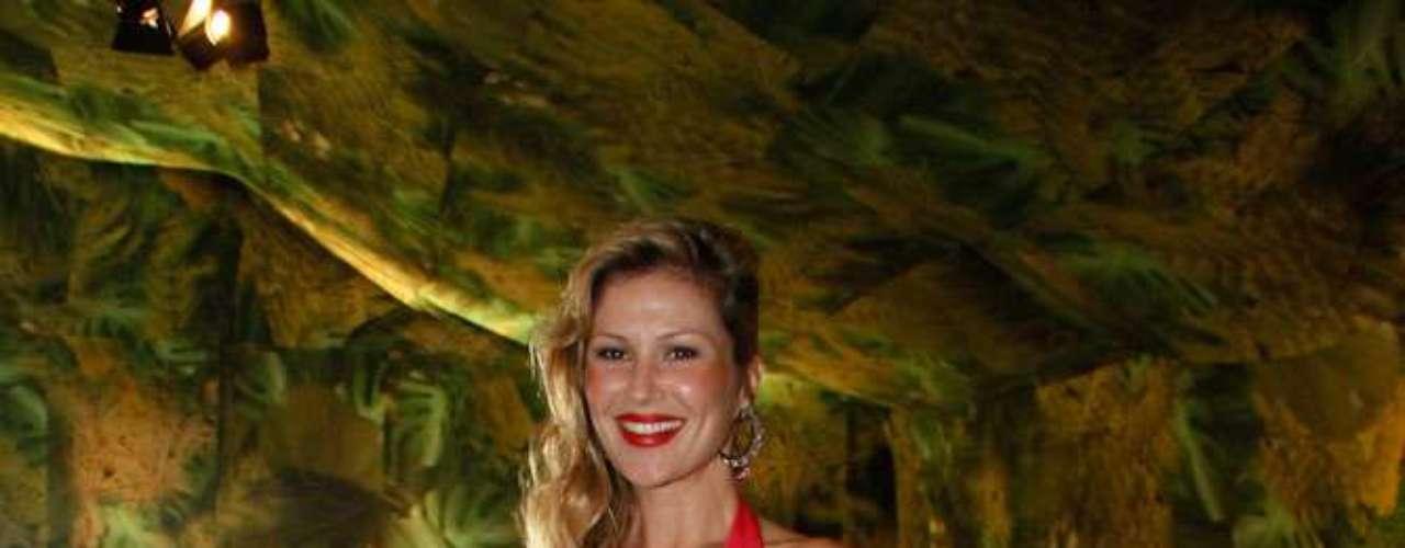 A modelo carioca Ellen Jabour posou sorridente para os fotógrafos no primeiro dia de desfiles da 34ª edição do São Paulo Fashion Week, no Parque Villa-Lobos.  \