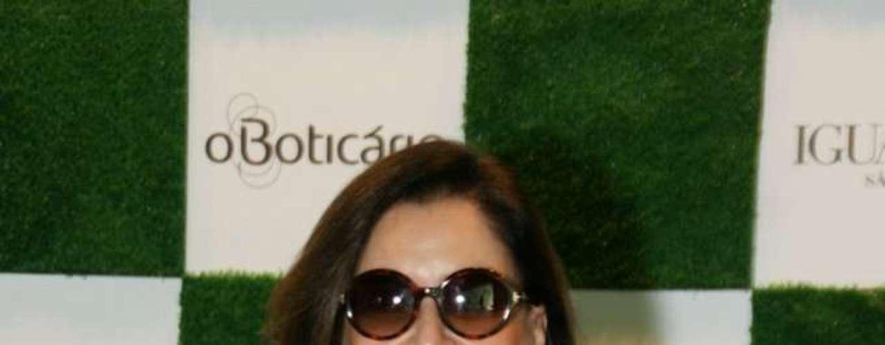 A consultora de moda Gloria Kalil, que é presença garantida em eventos da área, posou para os fotógrafos