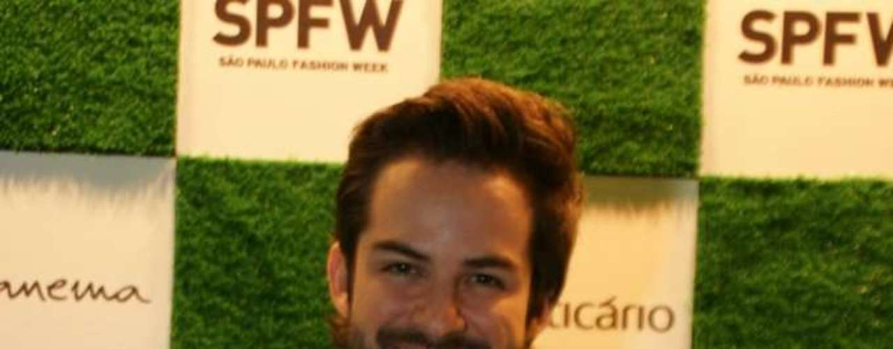 O ator e apresentador Bruno Dubeux compareceu no primeiro dia de desfiles da 34ª edição do SPFW