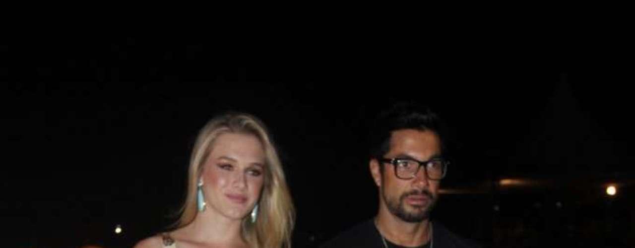 A apresentadora Fiorella Mattheis chegou acompanhada do maquiador Fernando Torquatto no SPFW. Fiorella afirmou estar casada com o judoca Flávio Canto, e os dois já moram juntos