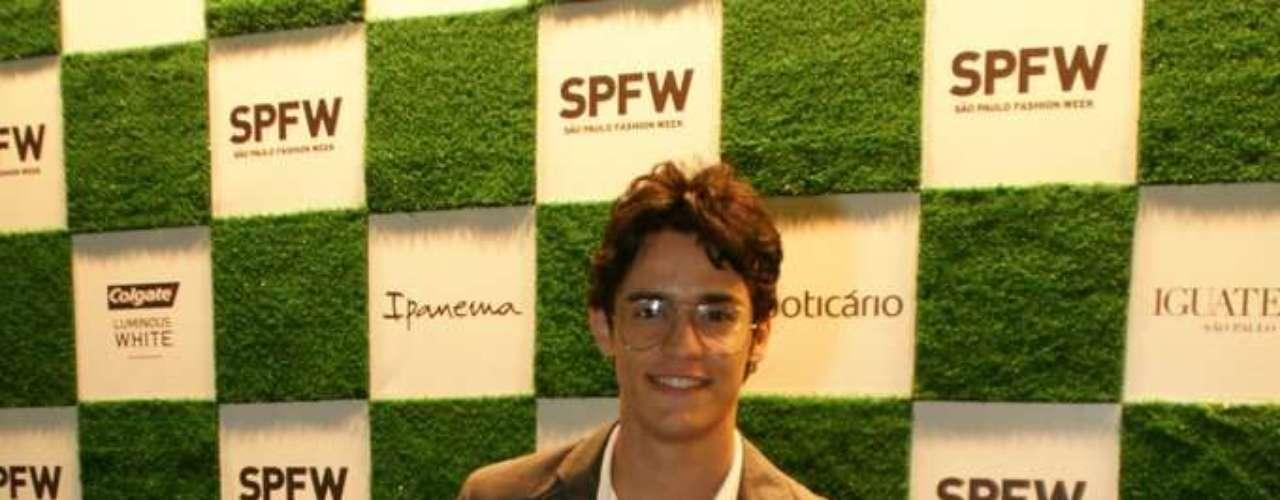 O ator Julio Oliveira prestigiou o primeiro dia de desfiles da 34ª edição do SPFW
