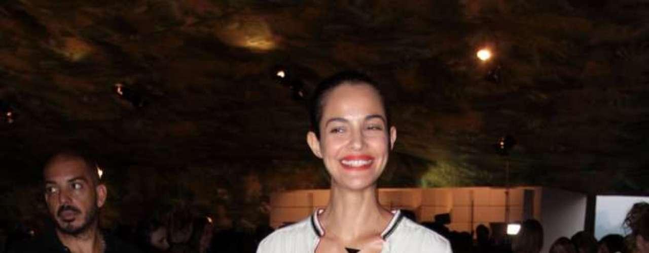 Top Michella Cruz esbanja simpatia no backstage da edição de inverno do SPFW