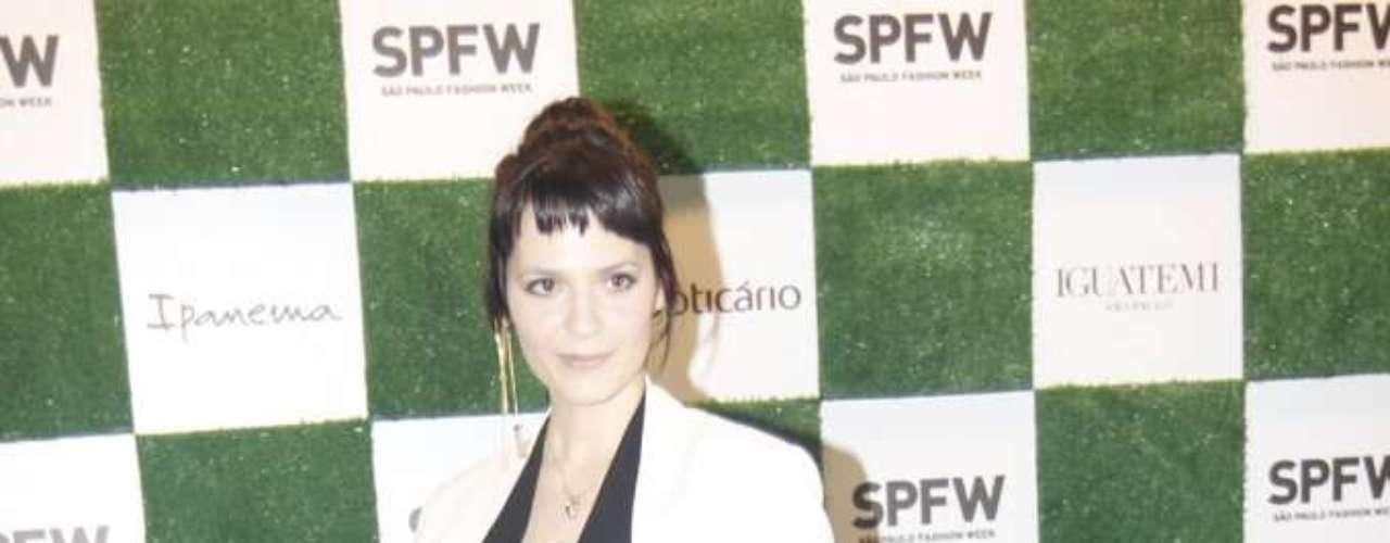 Maquiadora Vanessa Rozan posa para fotos na entrada do SPFW
