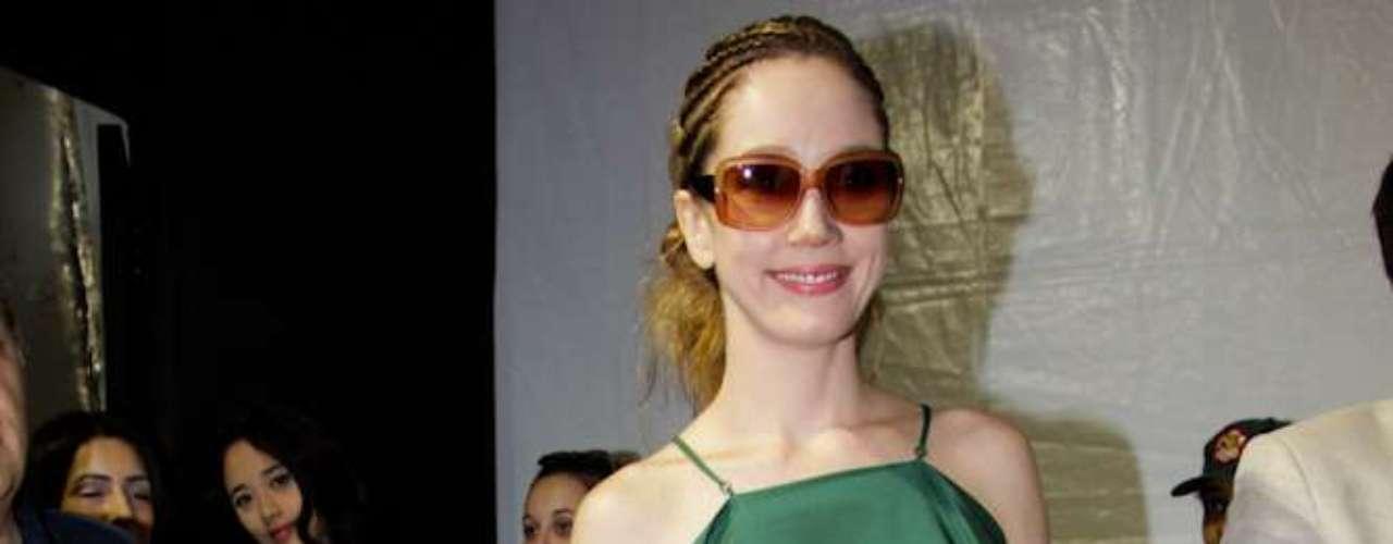 A atriz Camila Morgado marcou presença no backstage do desfile da girfe de Maria Garcia