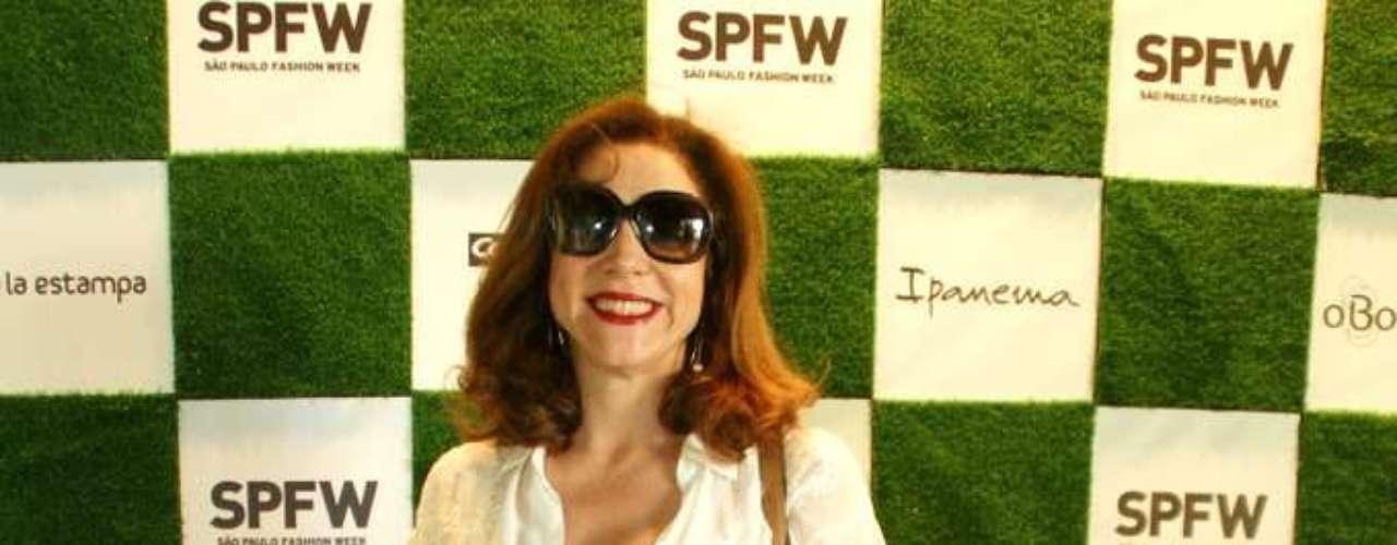 Atriz Marisa Orth posa para fotógrafos na entrada do SPFW