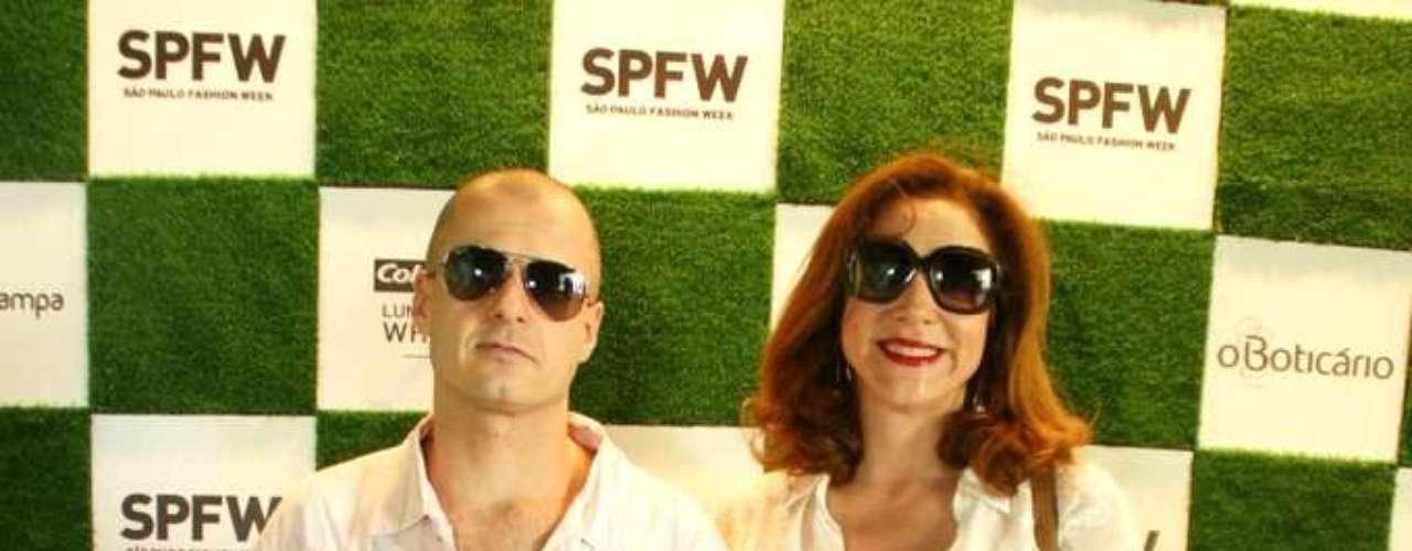 Marisa Orth e o namorado Dalua compareceram ao Parque Villa Lobos para os desfiles desta quarta-feira no SPFW. A atriz, no entanto, disse que não gosta de moda e comentou sobre volta de 'Sai de Baixo': \