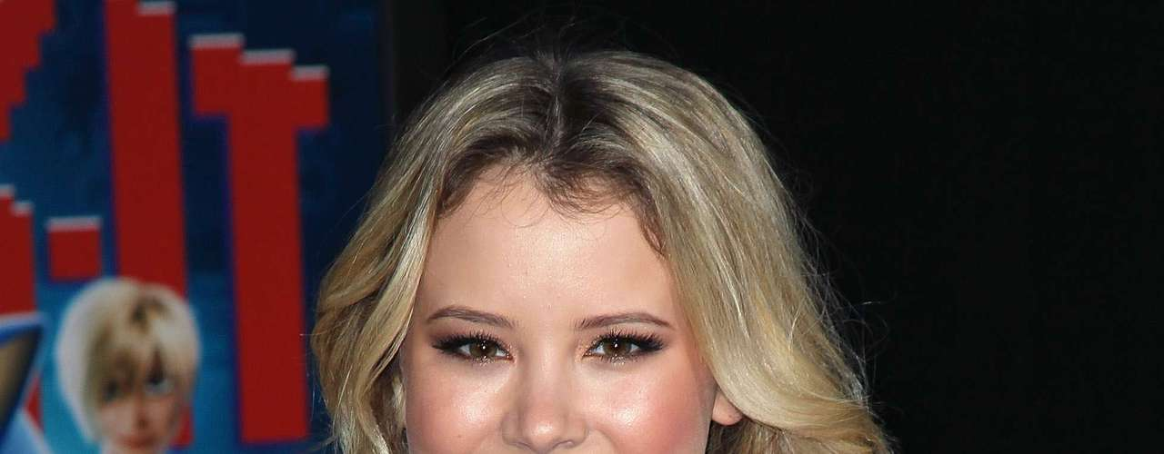Unha verde metalizada incrementou o visual da atriz americana Taylor Spreitler