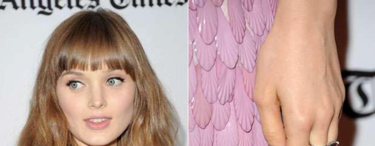 A atriz australiana Bella Heathcote incrementou o visual com esmalte prata metalizado nas unhas das mãos