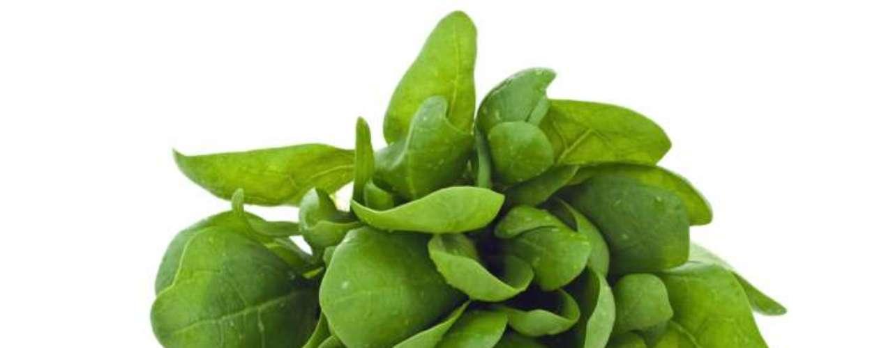 Espinafre (7 calorias por xícara) - suave e saborosa, esta folha verde é rica em ferro, ácido fólico, vitamina K e C, betacaroteno,  além de um componente que protege os olhos contra a degeneração. Pode ser usado em saladas, acompanhado de alface, cenoura e cogumelos, ou ainda com alho em uma omelete