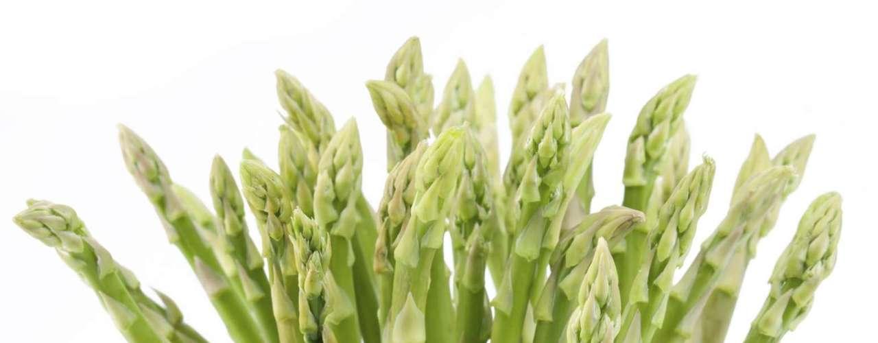 Aspargos (27 calorias por xícara) - este alimento é conhecido tradicionalmente como desintoxicante porque contem altos níveis de um aminoácido que ajuda no sistema diurético, eliminando o excesso de toxinas do corpo. Ele também ajuda a acelerar o metabolismo do álcool e outras toxinas (é um ótimo remédio para ressaca). A aspargo tem ainda vitaminas A, C E, K e B6, além de ferro e proteínas. Pode ser consumido cru, em saladas ou ainda cozido no vapor