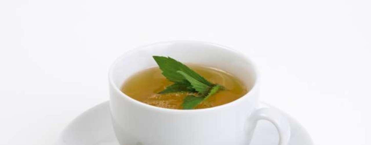 Chá (0 caloria por xícara) - quando fala-se em chá como super comidas, é preciso esclarecer que são os tipos preto, branco, verde ou aqueles feitos da infusão de vários tipos de ervas. Todos eles são ricos em antioxidantes, que protegem as células dos desgastes do DNA que podem causar câncer e outras doenças, além de reduzir o nível de colesterol, ajudar contra a osteoporose, aumentar o poder cerebral e manter a pessoa mais magra
