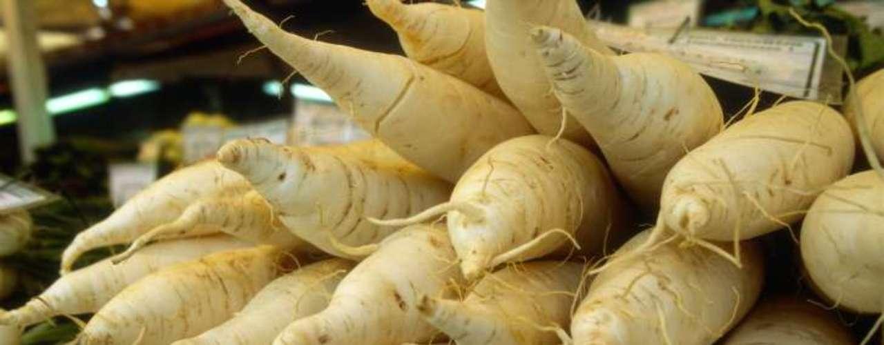 Nabos (36 calorias por xícara) - primo distante das batatas, os nabos são ótimas fontes de fibras, vitamina C e têm baixo nível de índice glicêmico. Podem ser consumidos em sopas ou caldos, além de picados bem finos e colocados em saladas