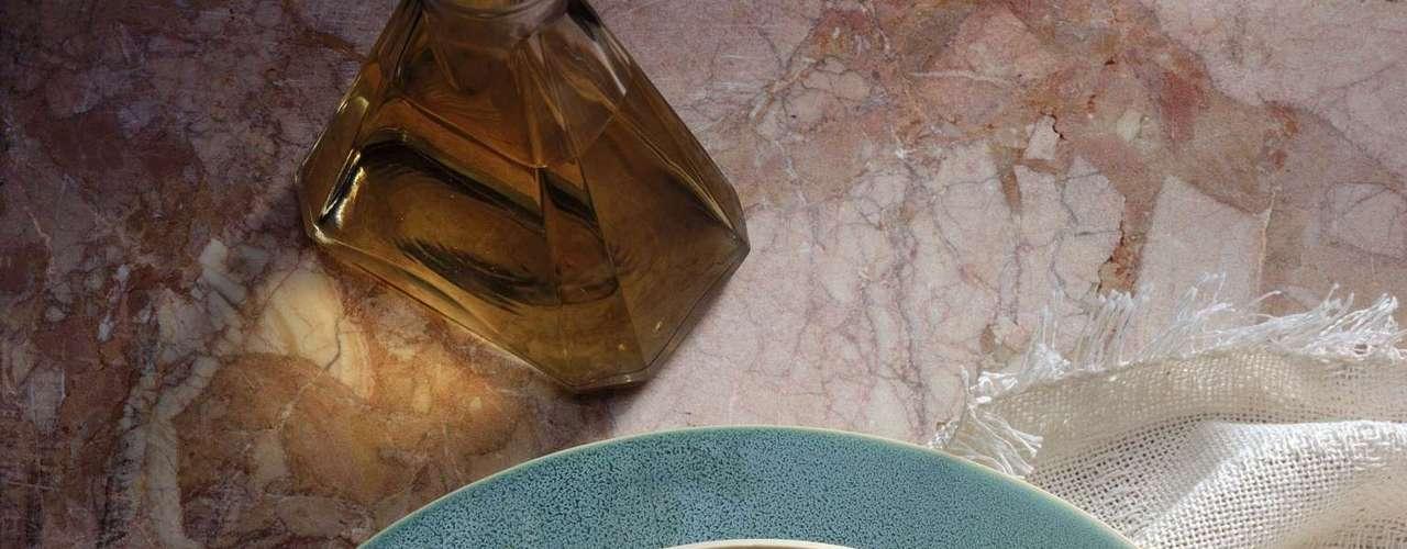 Caldo (10 calorias por xícara) - feito com carne magra, frango, frutos do mar ou brotos de vegetais, o caldo é uma arma secreta em qualquer dieta, sendo nutritivo e uma refeição com quase zero calorias, especialmente se apostar em vegetais na mistura. Os caldos são chamados de comidas de muito volume, o que significa que você pode comer grandes porções que têm poucas calorias e ainda se sentir satisfeito. Tudo se resume a calorias por mordida ou, neste caso, por colheradas. Escolhendo alimentos que têm menos calorias por mordida, a porção final aumenta, mas a contagem das calorias diminui, então você termina com uma quantidade satisfatória de comida, explicou Barbara Rolls, PhD e especialista na métrica dos alimentos. Um ponto negativo é que os caldos podem ter grandes quantidades de sódio