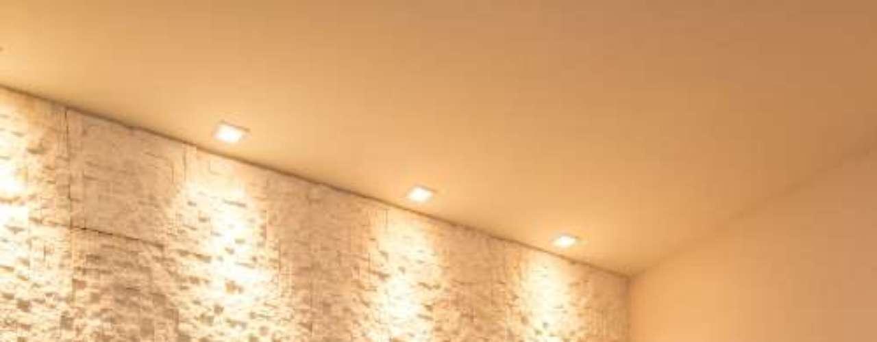 Com rodapés de isopor reciclado e torneiras elétricas, o projeto de Ante Sala e Lavabo de Andréa Aguiar foge do comum: o uso de tons pastéis no primeiro ambiente e de azul no segundo mostram que é possível inovar em qualquer espaço da casa