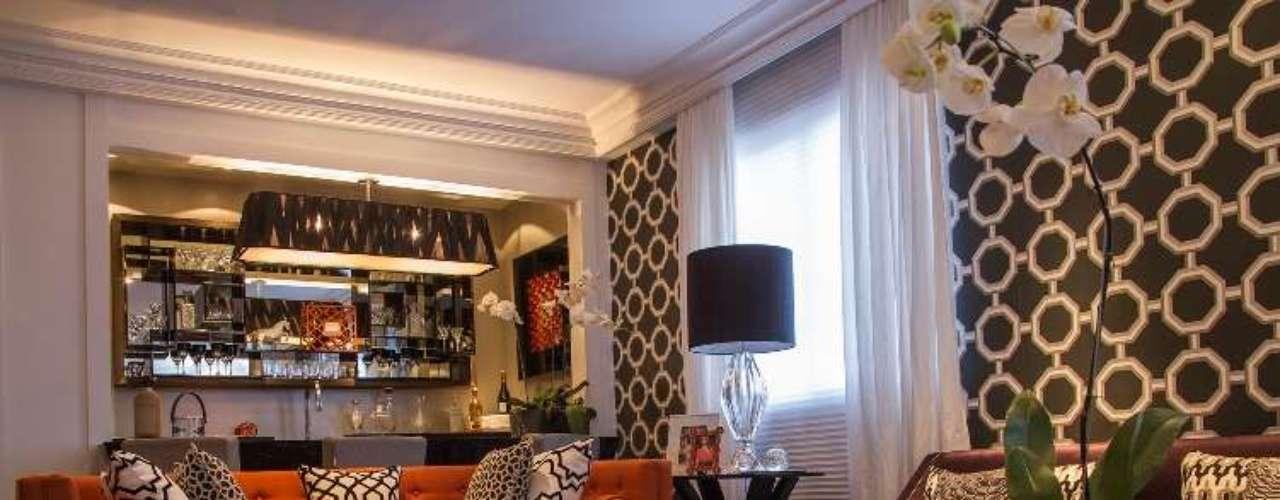 O projeto de Living de Mariana Trinca Junqueira de 40,91m² tem mobiliário desenhado exclusivamente para potencializar o aproveitamento da área. Apesar da metragem relativamente reduzida, o projeto consegue aproveitar o espaço até para degustação de vinhos