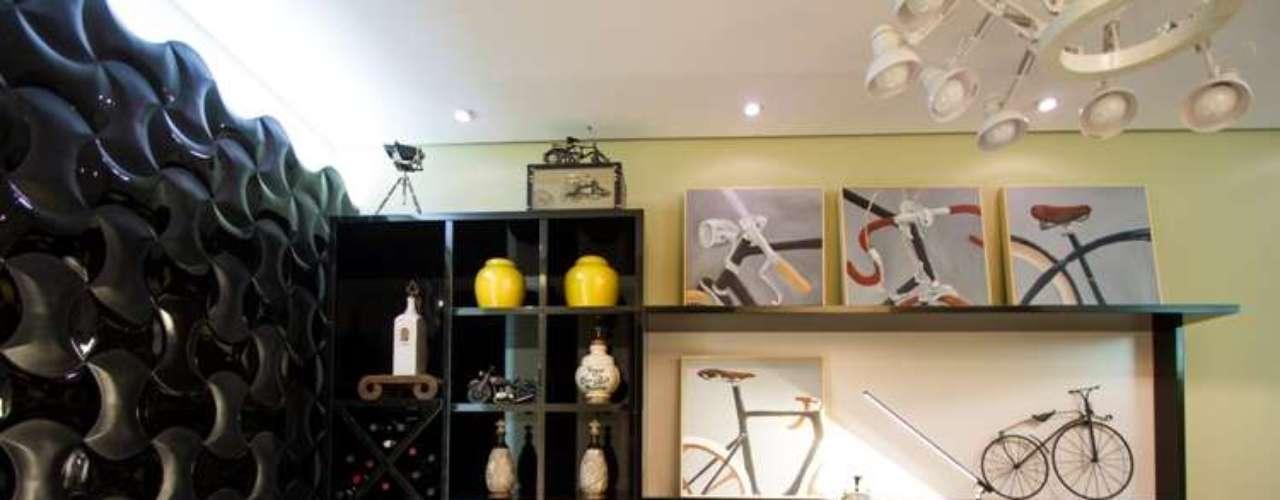 Um espaço pequeno e de passagem, que normalmente não é utilizado em uma residência, foi transformado por Beto Gallo em uma sala íntima para descanso e lazer