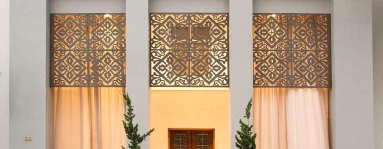 Valorizando traços art déco do prédio, a Entrada Monumental da Casa Cor, desenhada pela arquiteta Maria Amélia Pereira Botacini, utiliza materiais como argila, fibra de coco e porcelana