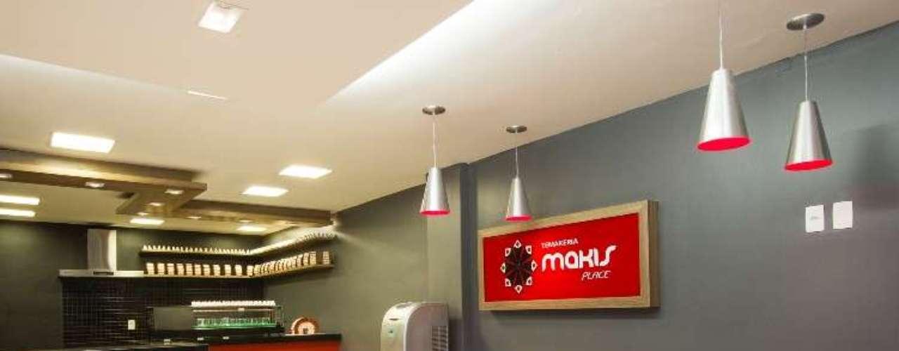 Este projeto Daniel Ghilardi se inspirou na Temakeria Makis Place. O espaço mescla o mobiliário funcional convencional com toques decorativos, que formam uma varanda lounge, com sofá, poltrona em trama de fibra artificial, almofadas coloridas e objetos de decoração