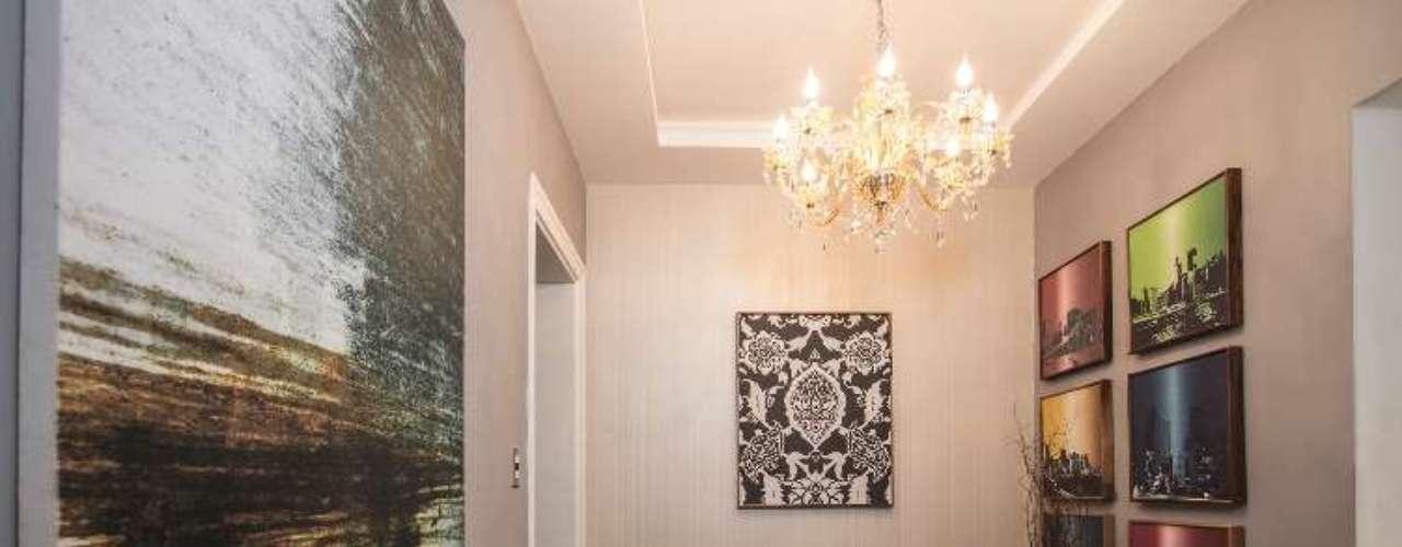 Carol e Marília Hidalgo criaram um projeto de foyer e banheiros buscando o equilíbrio dos ambientes, com cores neutras, variação de materiais e texturas. Nos banheiros, a automatização permite economia de água e o sistema de sensores ajuda a reduzir o desperdício