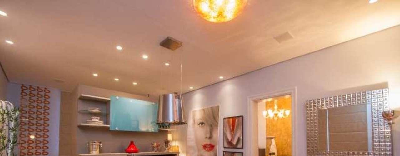 O Loft do Estilista, projeto de Bia Sartori, pretende mostrar as diferentes facetas do profissional. Os ambientes integrados são decorados com mobiliário italiano, que refletem a personalidade glamorosa e o refinamento da estilista