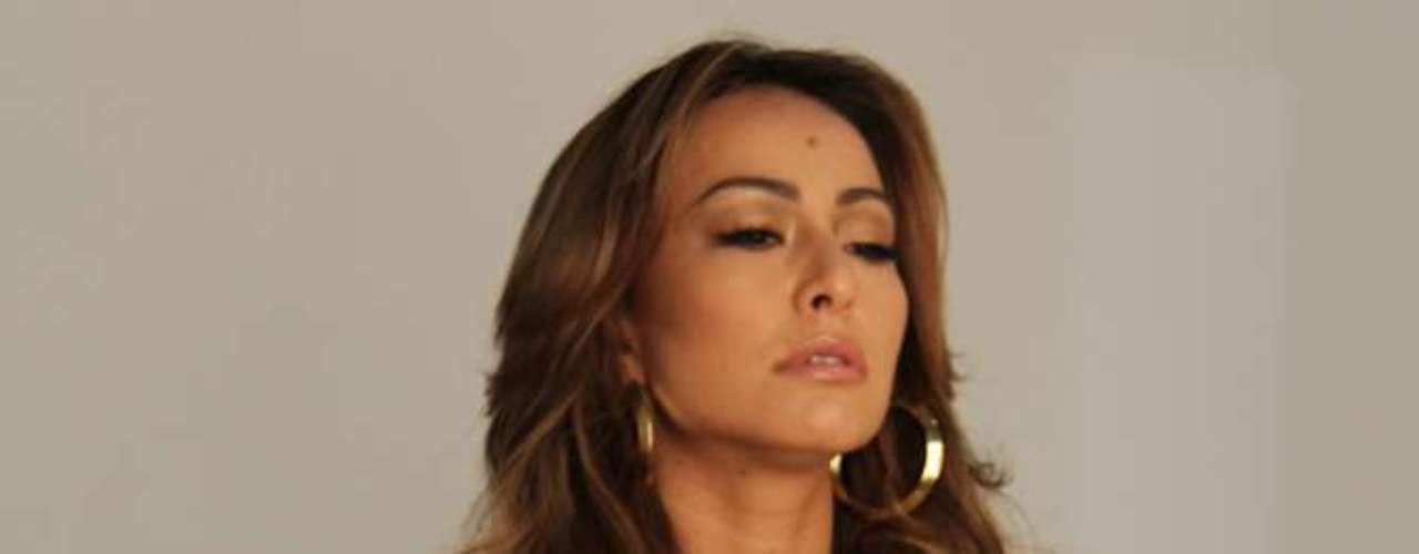 Para a nova campanha da marca, a apresentadora fez um ensaio sensual com caras e bocas na noite de quinta-feira (8)