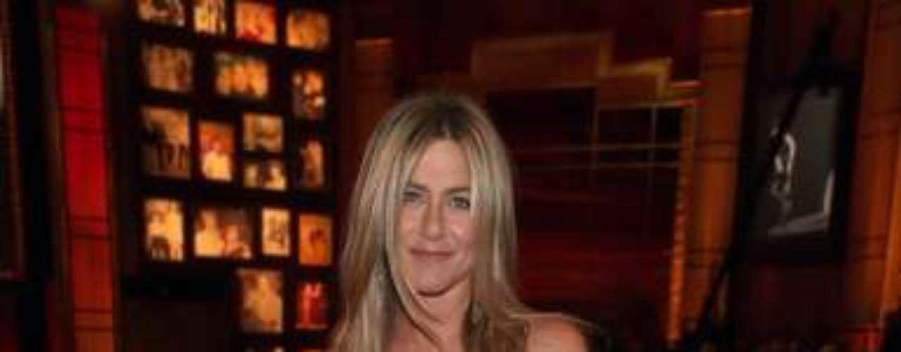 Jennifer Aniston: a atriz contou que adotou dieta baseada no regime do Dr. Atkins, no qual há baixíssimo consumo de carboidratos, para perder 6 kg antes do casamento. Mas a loura afirmou que seguiu dieta detox após parar de fumar, no começo do ano, e também abdicou de álcool e da cafeína. A principal mudança na dieta da atriz foi o consumo de apenas alimentos frescos, abrindo mão de qualquer item processado, além de tomar suco de limão pela manhã com água
