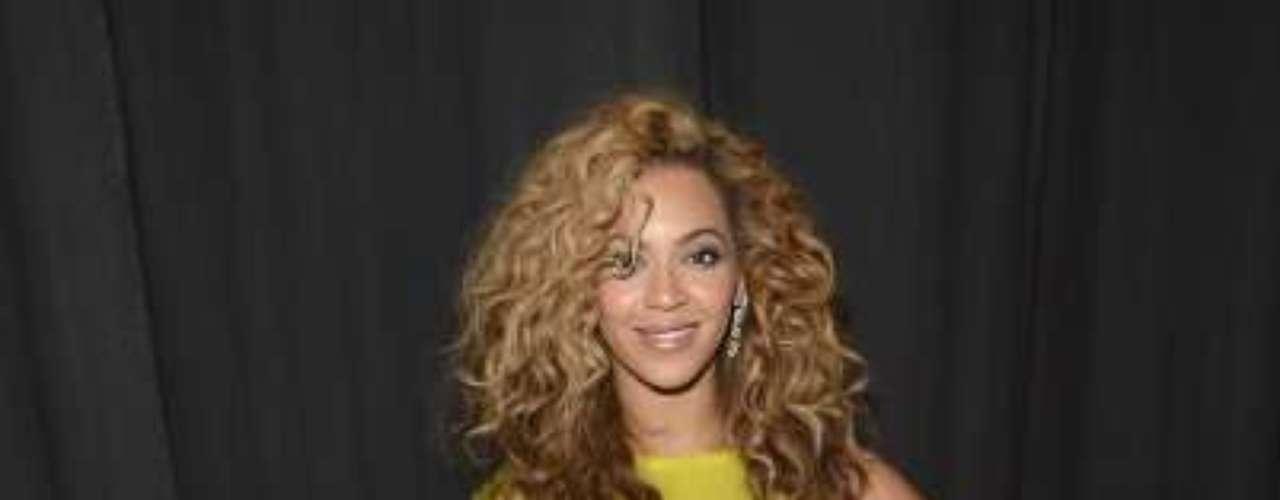 Beyoncé: a cantora já seguiu um regime de limpeza conhecido como a dieta do xarope de bordo, que tem outras seguidoras como a modelo Naomi Campbell. Segundo a morena, foi graças a ela que conseguiu enxugar 9 kg em poucas semanas para o filme Dreamgirls, de 2006. A dieta consiste em não comer nada e apenas beber uma mistura do xarope, suco de limão e pimenta caiena, além de chá e líquido no qual algas marinhas ficaram em infusão. Especialistas não endossam essa dieta, afirmando que privar o corpo de nutrientes essenciais não levam a um quadro saudável e podem causar efeito sanfona