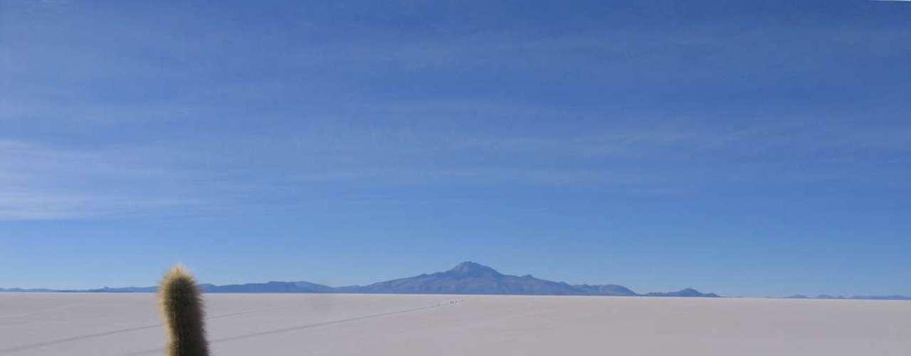 Bolívia - Conhecida como um dos destinos mais econômicos da América do Sul, a Bolívia tem muitas atrações para seus visitantes. Desde a capital, La Paz, situada a mais de 3.600 metros de altitude até as margens do Lago Titicaca, no coração dos Andes, passando pelo magnífico salar de Uyuni, os turistas ficam encantado com as surpresas do país. Hotéis, hospedagem na casa de habitantes locais e refeições baratas ajudam a fazer  viagens na Bolívia a um ótimo custo