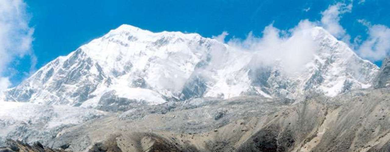 Nepal - Situado nas encostas da cordilheira do Himalaia, o Nepal é o lugar onde o frio das montanhas se encontra com o calor das planícies indianas. Terra de iaques e stupas, o Nepal é um destino espiritual e ideal para se fazer trekking, com trilhas de paisagens incríveis, e que passam por montanhas míticas como o Everest ou o Anapurna. Com hospedagens baratas na capital, Catmandu, é possível gastar pouco em refeições, guias e sherpas, típicos carregadores nepaleses que ajudam os viajantes com o peso de suas mochilas e equipamentos