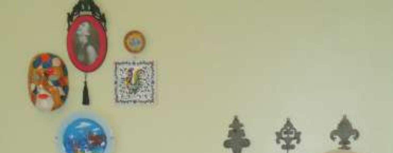 A parede floral dá o aspecto romântico ao quarto, afirma Alexandra. O banco com pintura em azul-royal lembra o estilo colonial visto em cidades históricas como Paraty