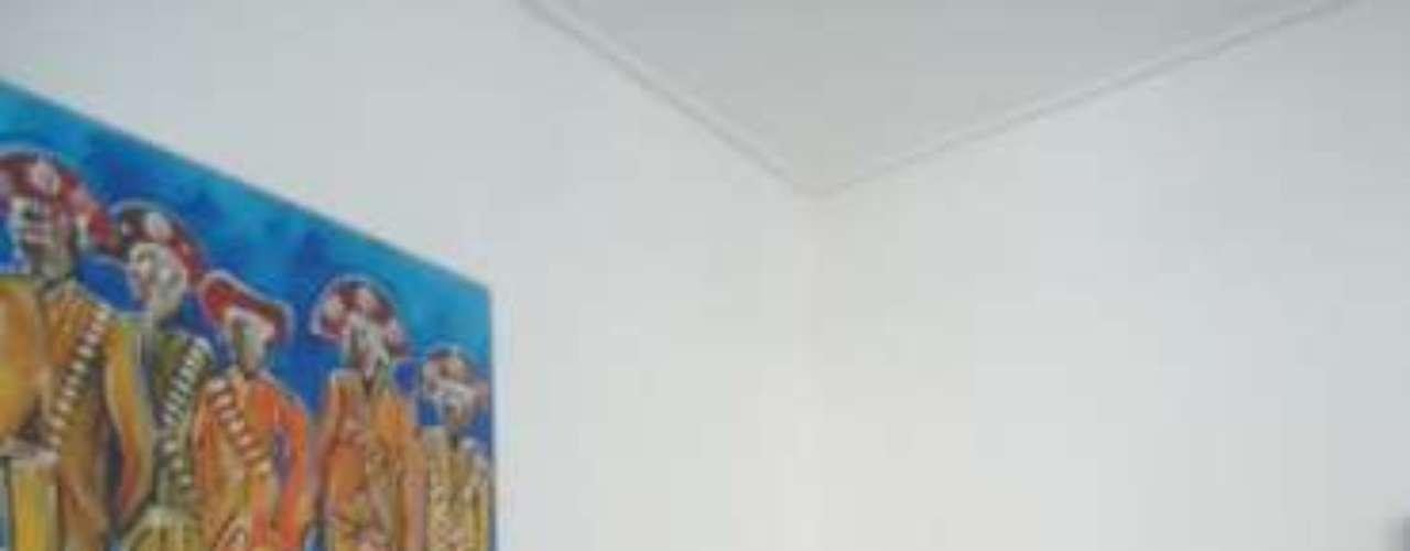 Um cantinho com referência bem brasileira: cadeira de balanço de palha com manta feita de fuxicos