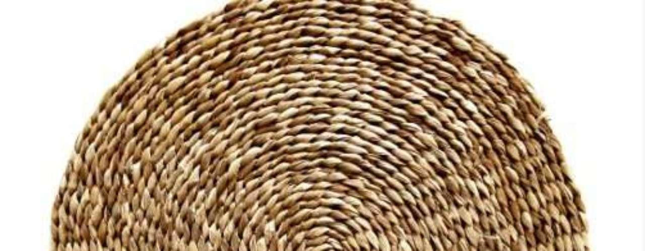 Sousplat de taboa, planta aquática típica de brejos e manguezais. Veio do Piauí e foi confeccionada pela Associação Trançados de Taboa Alda da Silva