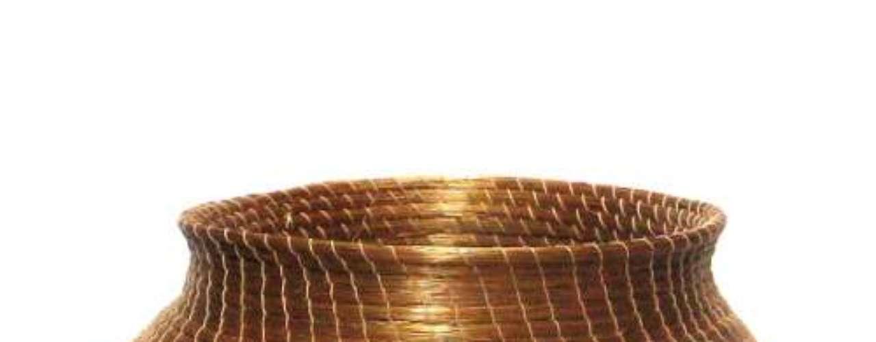 O vaso de capim dourado é produzido pelos Pequenos Produtores de Mateiros, em Jalapão, Tocantins. A técnica foi difundida à comunidade local por uma filha de índia
