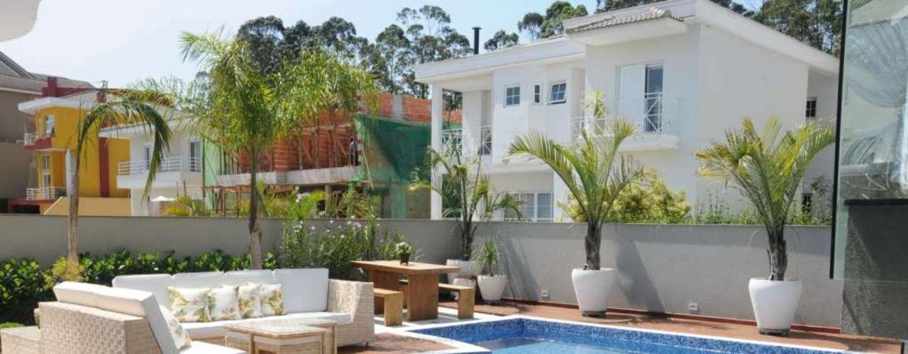 Móveis de palha são uma ótima opção para áreas externas, como terraços, piscinas e churrasqueiras