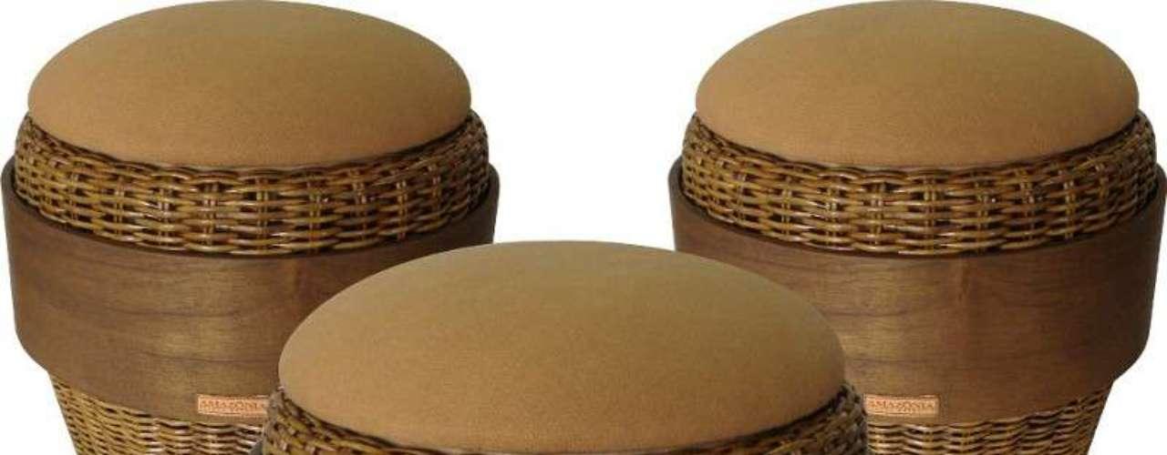 O designer também trabalha com outros materiais, como madeira, palha e metal