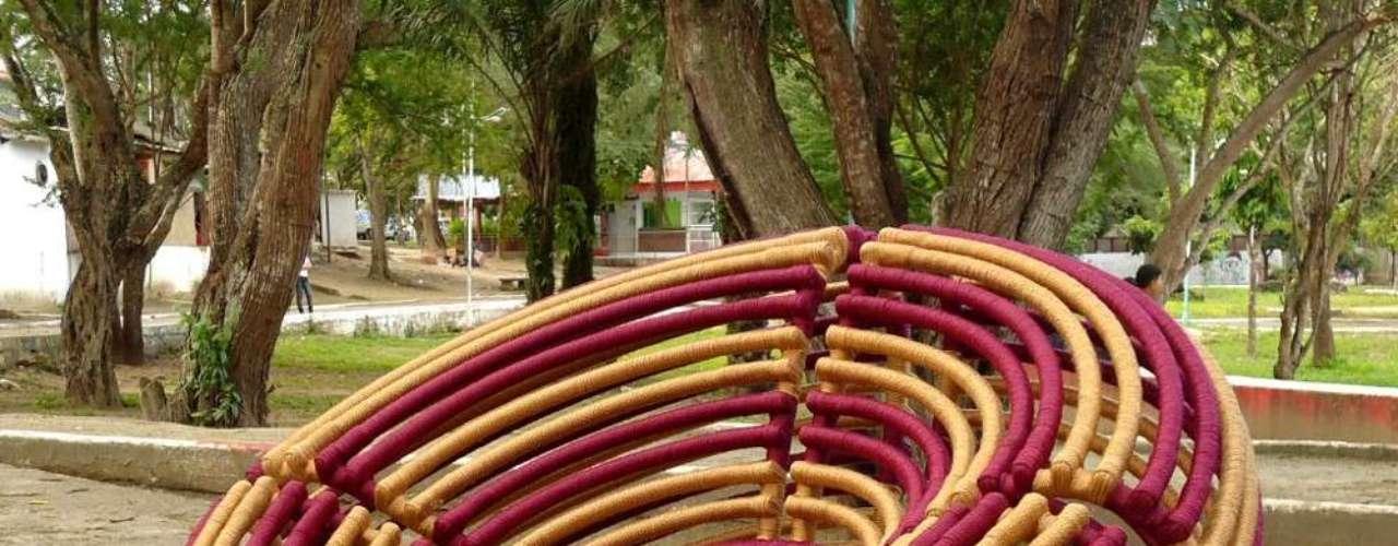 O desenho e o protótipo são feitos por Sérgio Matos. Ele então contata artesãos que, após treinamento, produzem as peças