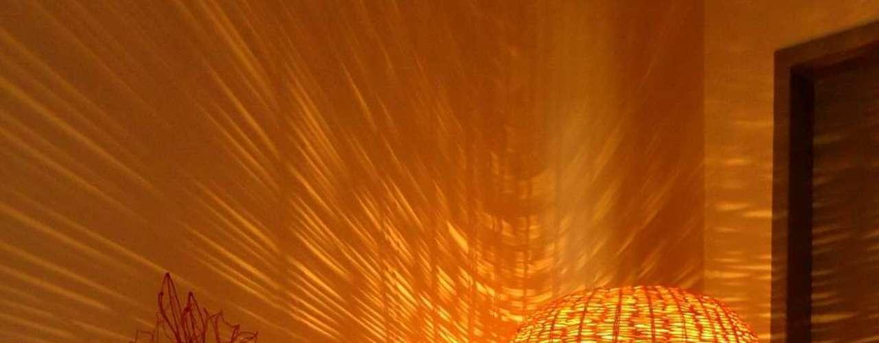 Esta luminária tem desenho parecido com o dos cestos. Seu maior charme é a luz que passa pelos pequenos buracos do trançado